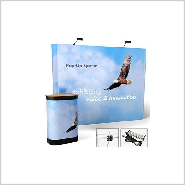 stand parapluie courbe 3×3 qui se monte en moins de 10 minutes. Il est équipé d'une valise rigide qui peut être transformée en comptoir d'acceuil.