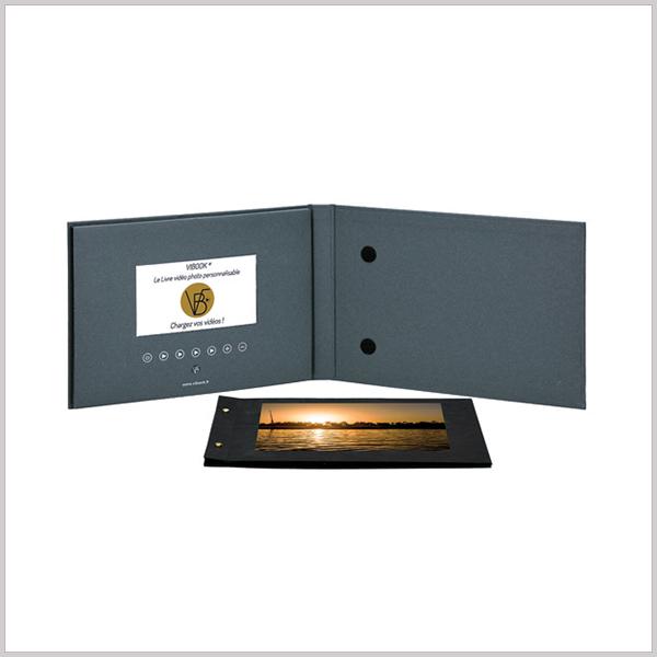 Video Book A4 inclut un écran couleur et un haut-parleur dans un document imprimé de 4 pages. Il ressemble à une brochure