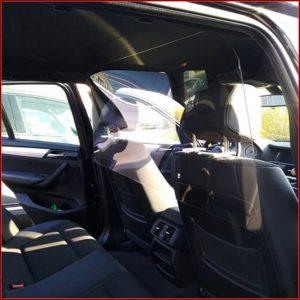 Paroi de protection anti-covid 19 en plexiglass 3mm pour voitures très facile à mettre en place.Sa forme arrondie sur la partie haute et ses petites ouvertures.