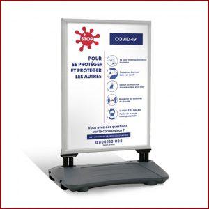 Stop-Trottoir A0 lesté est une signalétique extérieure utilisant un système de cadre clippant, facile à déplacer grâce à son pied à roulettes.